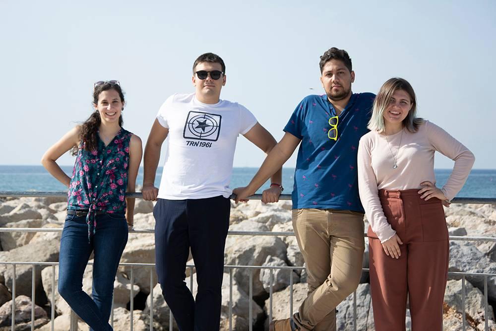 На проектах собираются люди из разных стран, они вместе живут и работают. На фото слева — Любовь Капустина из России и ее коллеги-волонтеры из Армении, Беларуси и Испании. Ониучаствовали в проекте во Франции