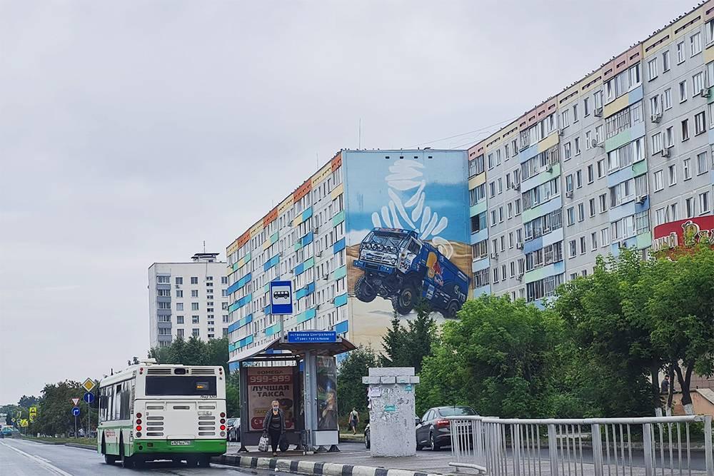 Камазы и ралли — наша гордость, но почему-то в городе только одно граффити напоминает об этом