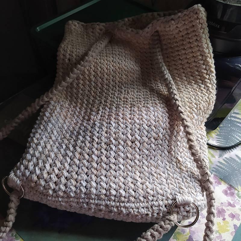 Связала себе рюкзачок из остатков пряжи — смотала хлопковый меланж из четырех ниток