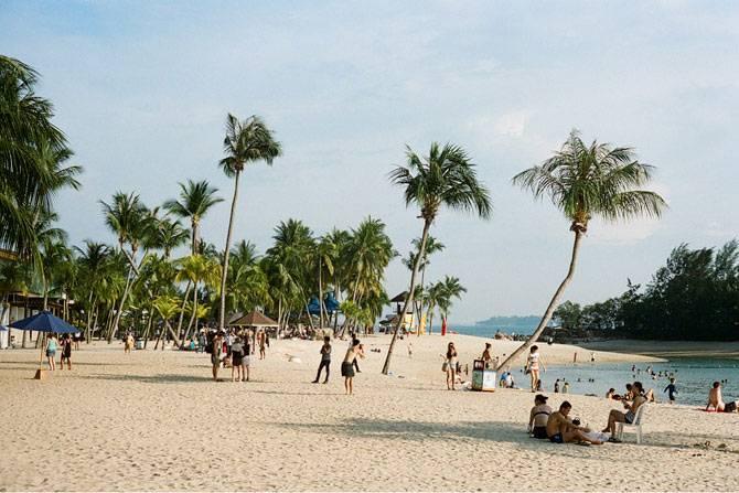 Пляж Силосо на острове Сентоза в Сингапуре. Чистый белый песок и голубая вода — понятно, почему каждые выходные сюда приезжают сотни сингапурцев