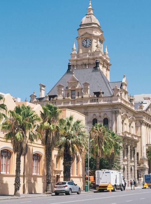 Здание ратуши сильно выделяется своей архитектурой на фоне остального города