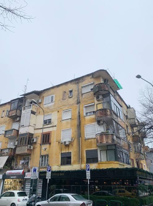 Этот дом в Тиране напомнил мне о родном Кузбассе. Кажется, чтово дворе вот-вот появится «Пятерочка»