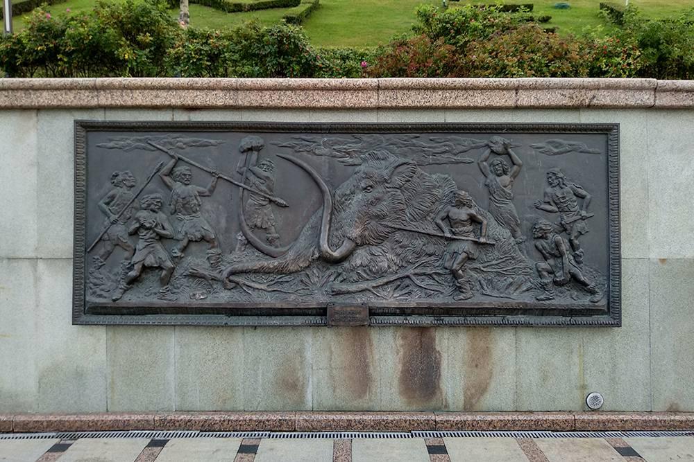 На этом барельефе, который мы увидели на набережной, изображена охота древних людей на мамонта