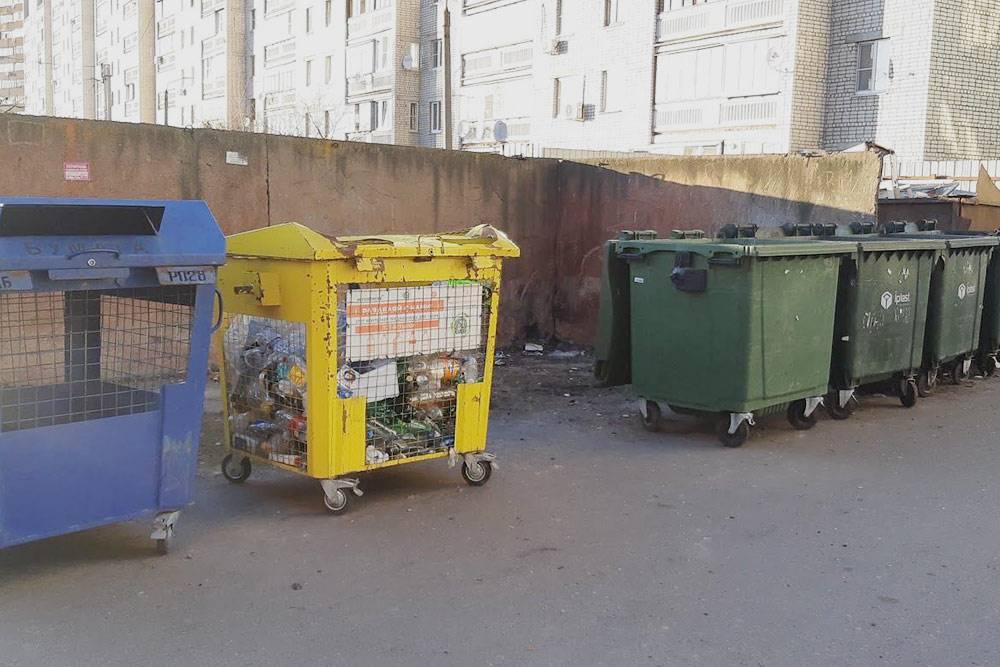 Одна из контейнерных площадок в Курске. Желтый контейнер — дляпластиковых бутылок, синий — длямакулатуры, зеленые — дляобычного несортированного мусора