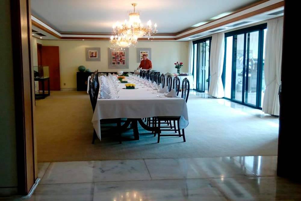 В резиденции посольства Южной Кореи длянас накрыли роскошный стол