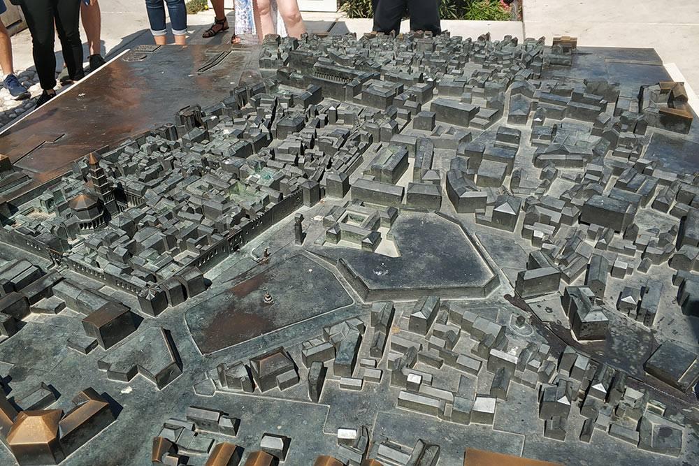 Трехмерная карта Старого города Сплита: безподписей разобраться сложно, но выглядит красиво. Детям понравилось