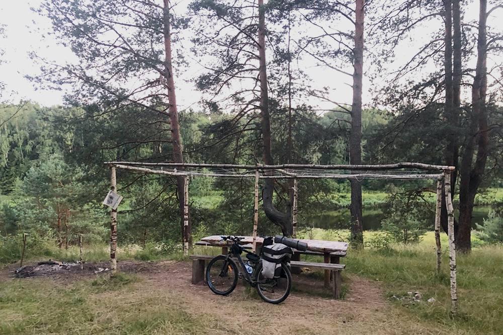 Место длястоянки тоже порадовало: уединенная полянка на краю леса с видом на реку, столом и скамейками