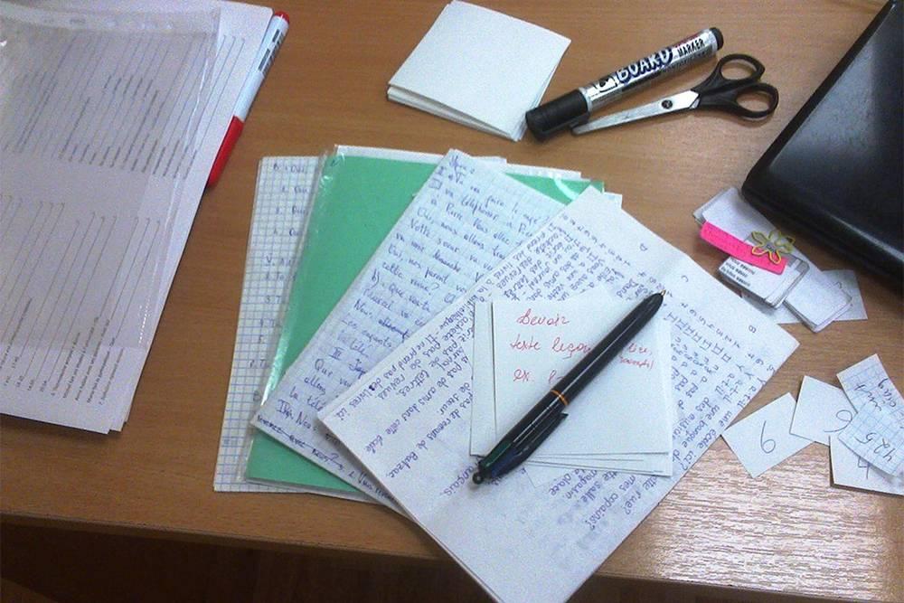 Мой рабочий стол: домашки учеников, маленький ноут, карточки дляигр