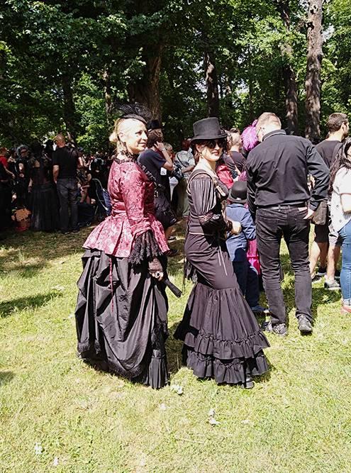 Женщина слева одета в стиле викторианской готики, а справа — скорее, в стиле вестерн