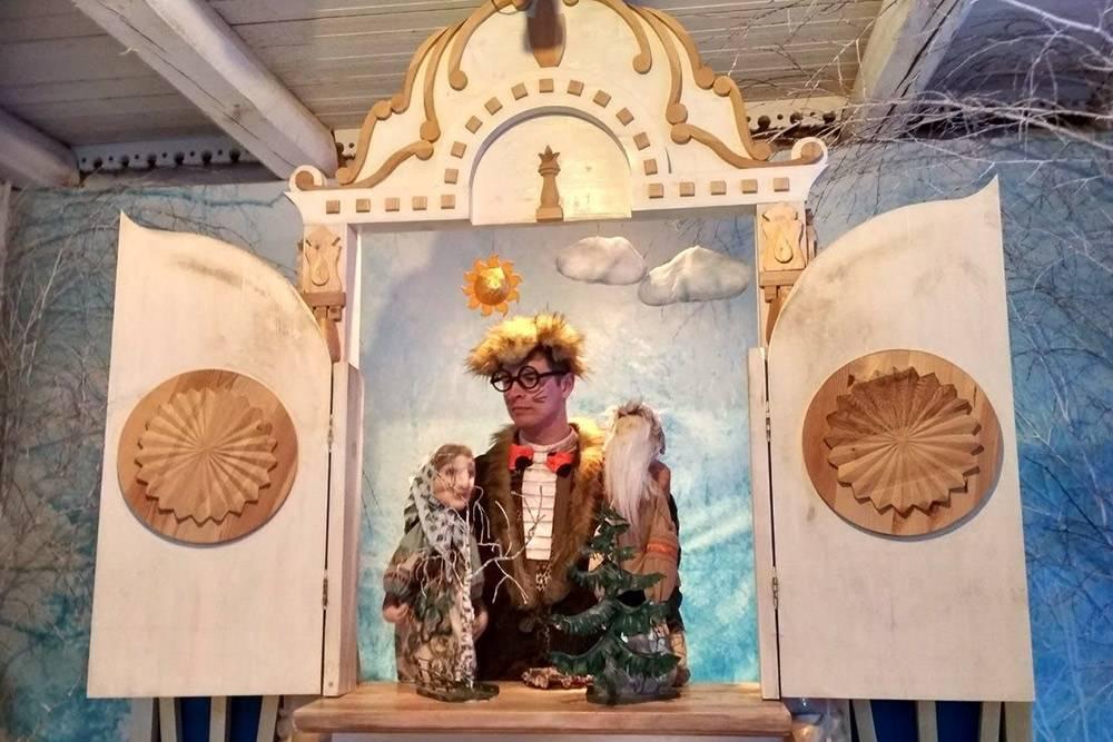Детям во время экскурсии показывают кукольный спектакль