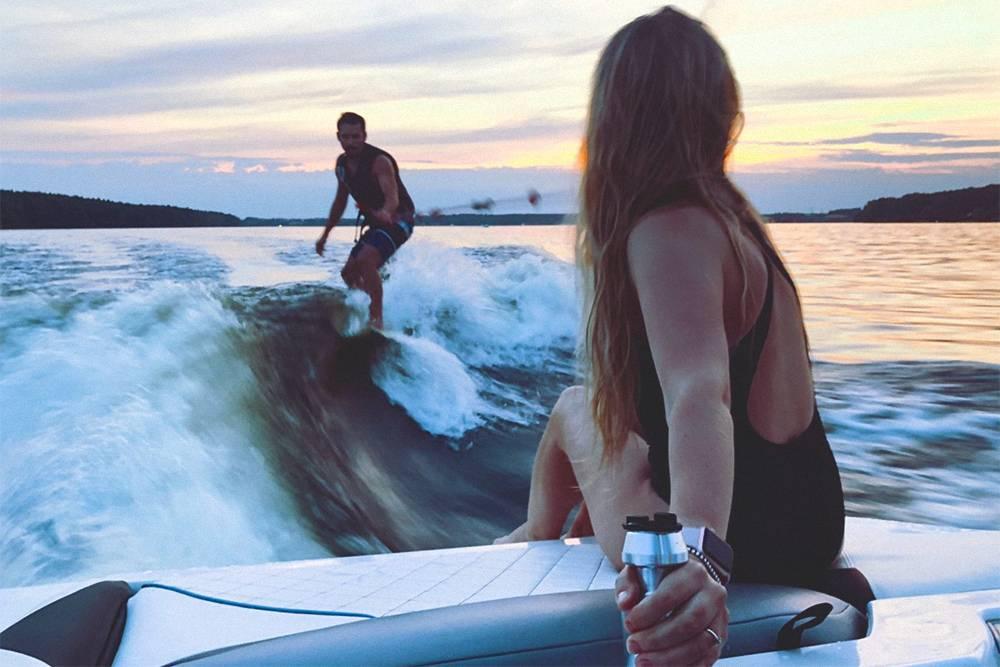 Волны при занятии вейксерфингом создаются катером, который едет впереди