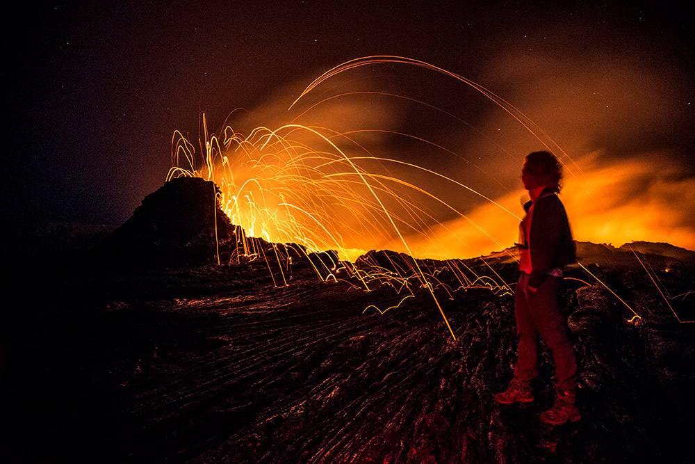 В поездке в Эфиопию мы разбиваем ночной лагерь в трех метрах от кратера вулкана Эрта Але