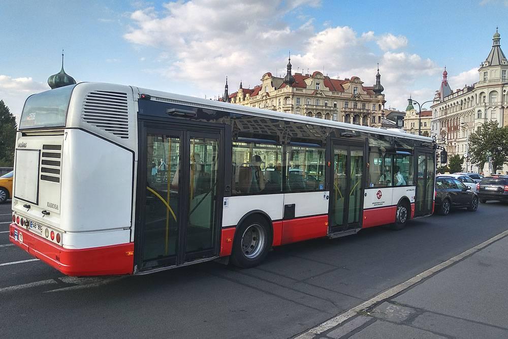 В центре автобусов — складные сиденья, чтобы поместились пассажиры с детскими колясками, и специальные места для людей на инвалидных колясках