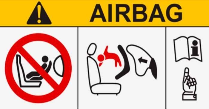 Такое предупреждение должно быть на каждой автолюльке. Стандарт предписывает, что если оно может быть хоть как-то закрыто, например ремнями, то предупреждение следует продублировать в другом месте