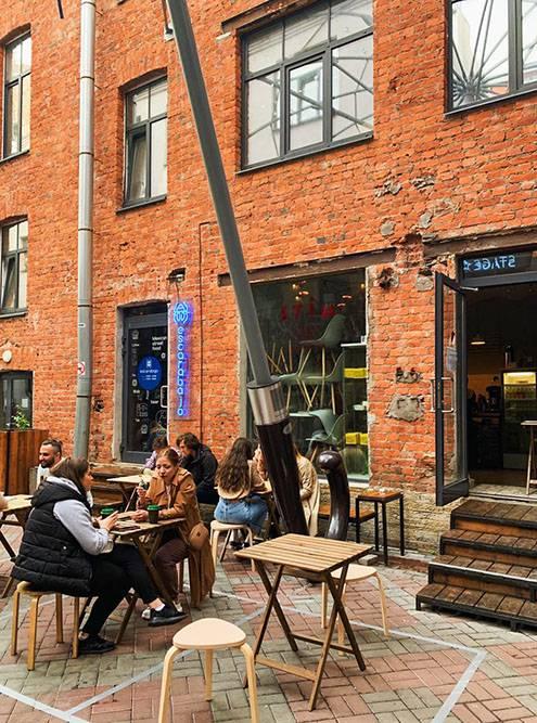 В теплое время года внутри пространства «Бертгольд-центра» ребята ставят столики и стулья. Получается уютно. Источник: Александра Лученинова
