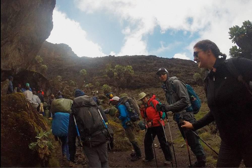 Даже на Килиманджаро можно попасть в пробку. Наша группа ждет своей очереди, чтобы вскарабкаться на утес