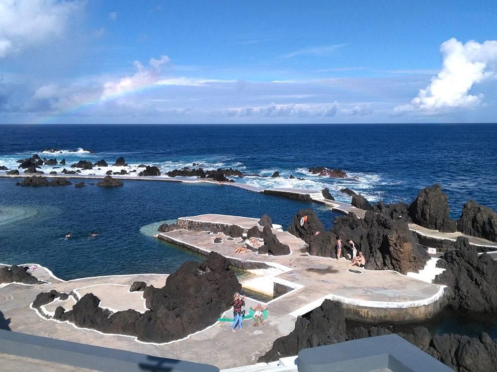 Океанические бассейны выглядят так. Это платный океанический бассейн в поселке Порту Мониш