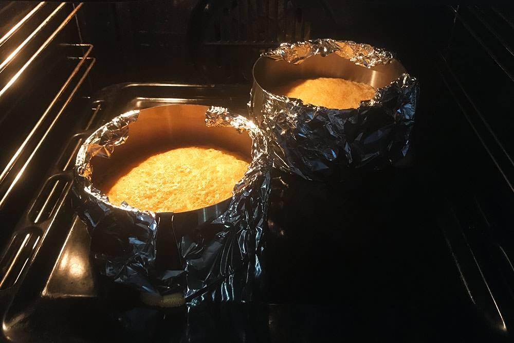 Один корж выпекается 40—45 минут. За это время я мою посуду, в которой замешивала тесто, и готовлю крем. Его потом убираю в холодильник и достаю только на этапе сборки торта