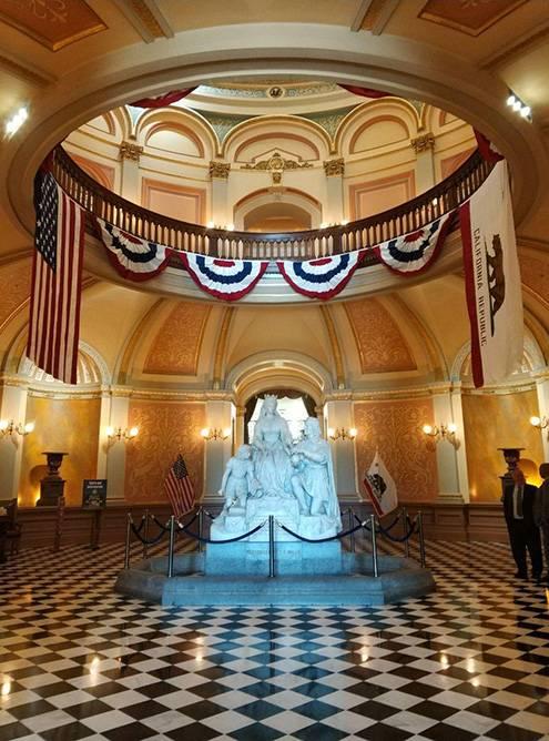 В главном холле Капитолия проводят бесплатные экскурсии