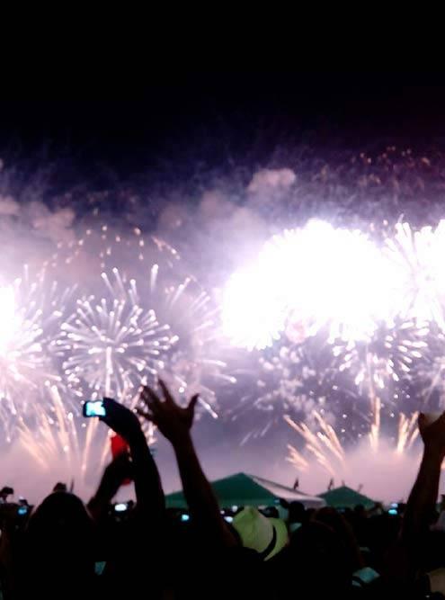 Новогодняя вечеринка наКопакабане — это всегда толпы ибесконечные фейерверки