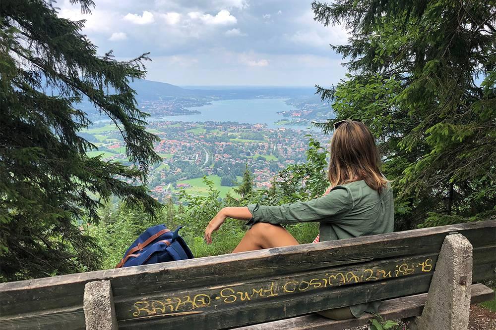 Даже неподготовленным путешественникам будет легко и комфортно гулять в горах. Повсюду стоят скамейки, а на вершине есть ресторан с освежающим пивом