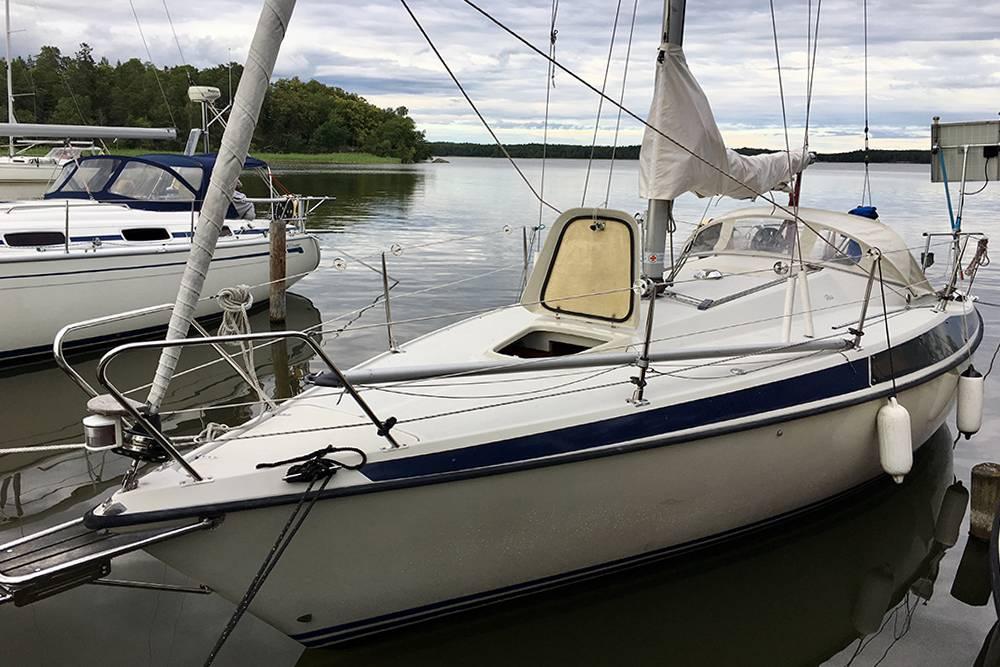 Перед сезоном нужно снарядить лодку: поставить мачту, провести веревки, зарядить аккумуляторы, обслужить двигатели