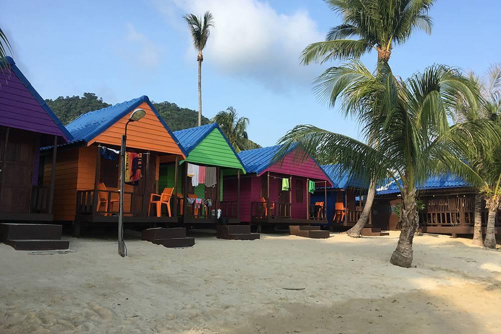Такие милые, красочные домики прямо на берегу моря можно снять на Самуи, на пляже Ламаи