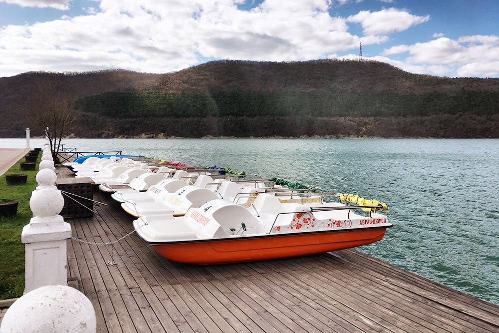 Лодки и катамараны можно взять напрокат прямо на набережной. Летом многие смотрят с катамаранов вечернее шоу фонтанов