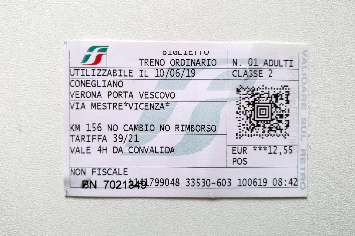 Билет Конельяно — Верона с пересадкой в Венеции за 12,80€ (909<span class=ruble>Р</span>). Цифры и буквы по краю билета отпечатываются в автоматах-валидаторах