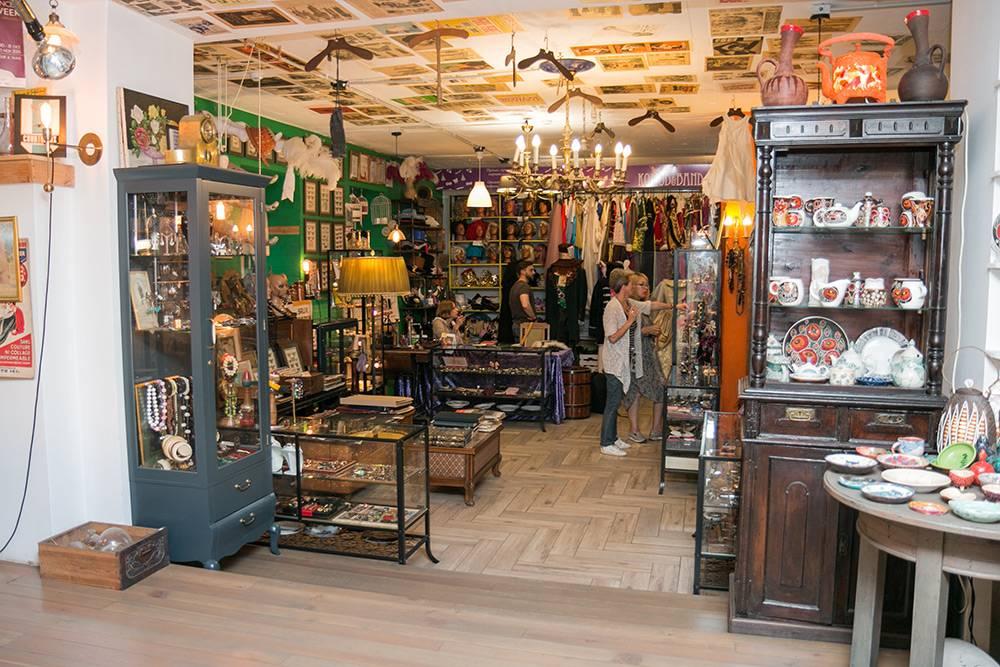 У трех магазинов — авторской керамики, антиквариата и «Комода» — общее пространство. Это создает творческую атмосферу