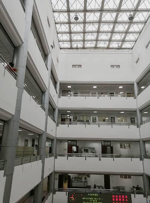 А это большая библиотека, где можно было делать уроки