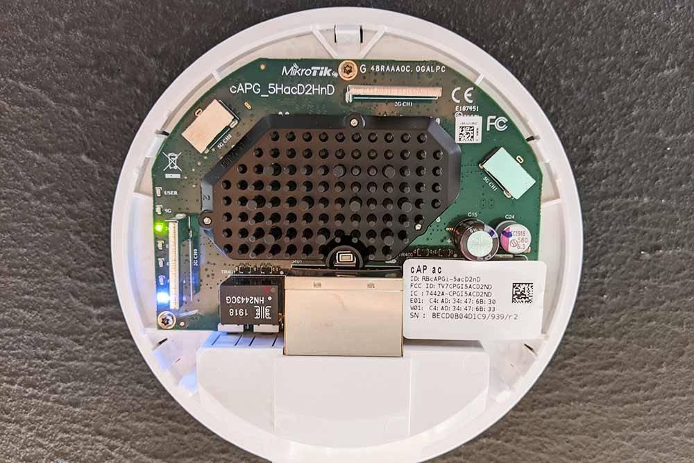 Двухдиапазонная точка доступа Mikrotik соснятой защитной крышкой
