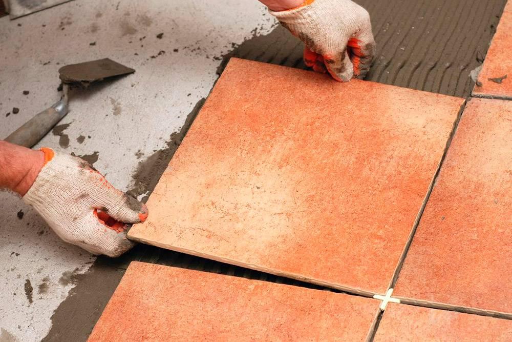 Клинья помогают уложить плитки на одинаковом расстоянии друг от друга. Фото: «Дом подробно»