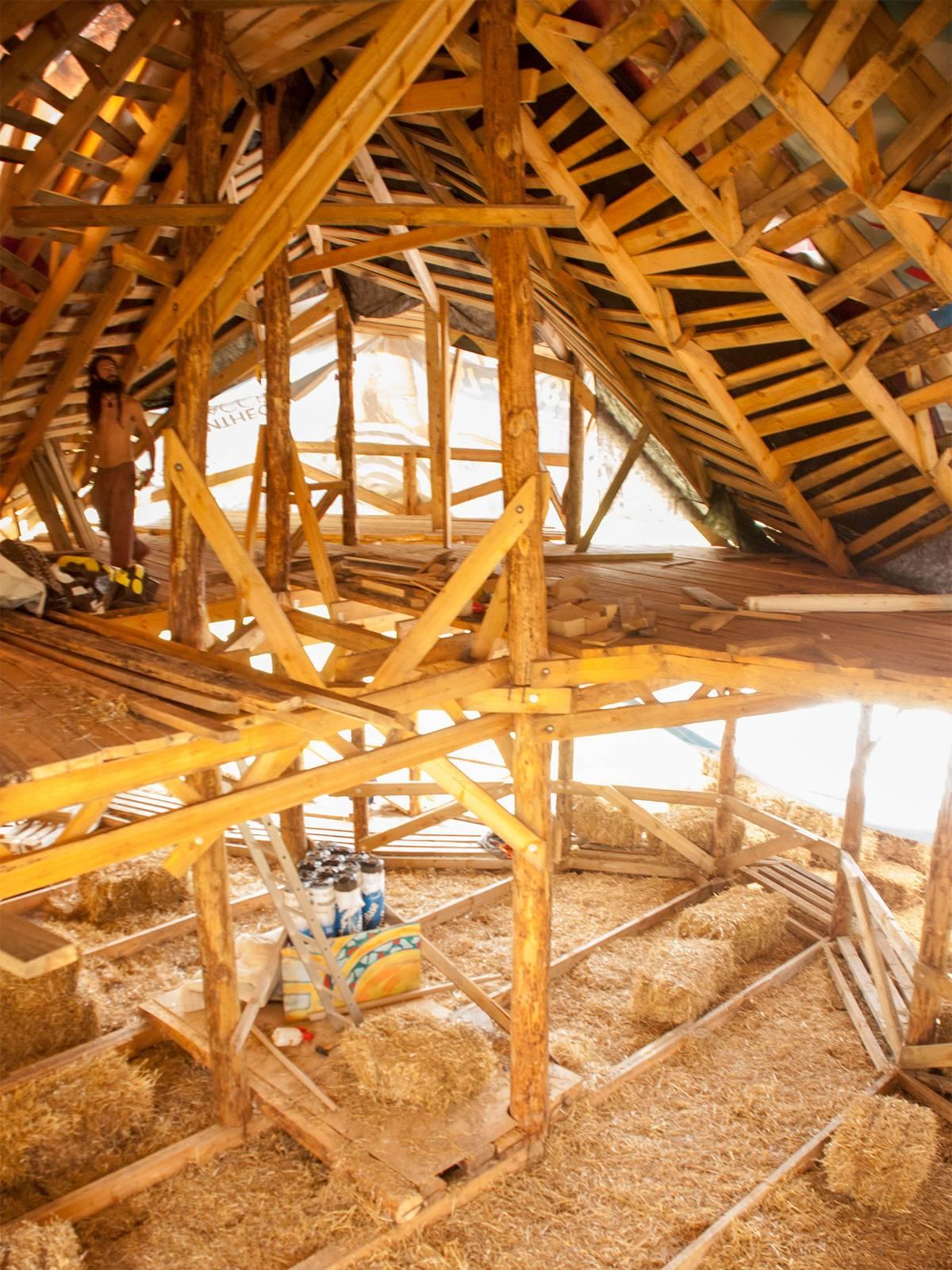 Вид совторого этажа: утепленный пол икаркас крыши