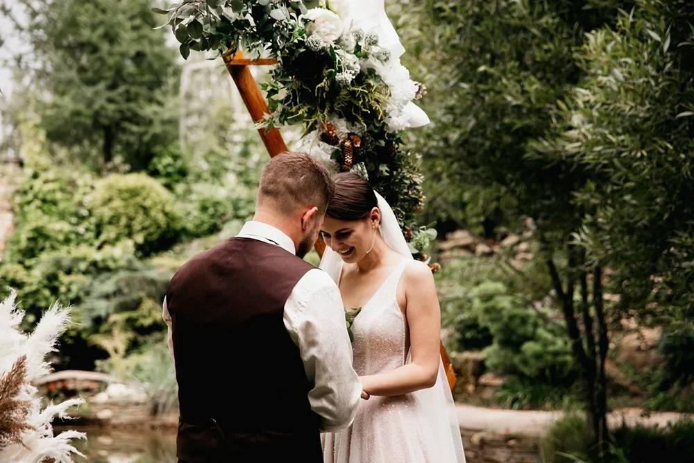 Очень волнующий момент свадьбы — церемония. Переживали, что оба расчувствуемся и забудем речь — мы произносили клятвы, которые написали сами. Но все прошло хорошо