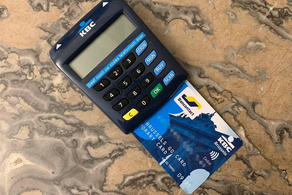 Чтобы оплатить онлайн-покупку, надо вставить карту в картридер и ввести код из приложения