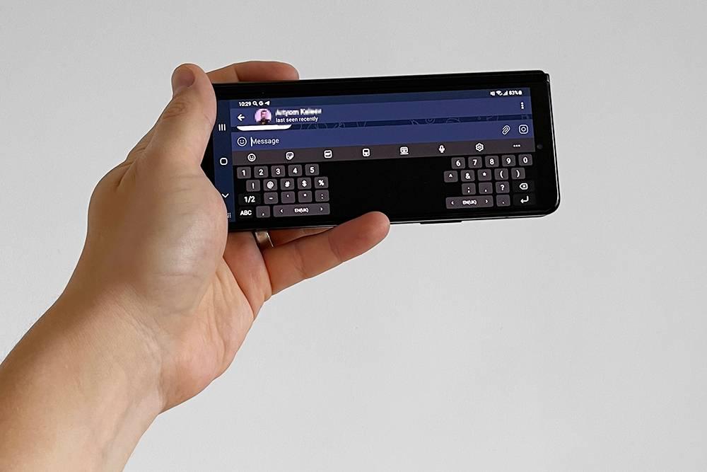 Если держать сложенный телефон горизонтально, клавиатура «разъезжается», чтобы пальцы могли дотягиваться