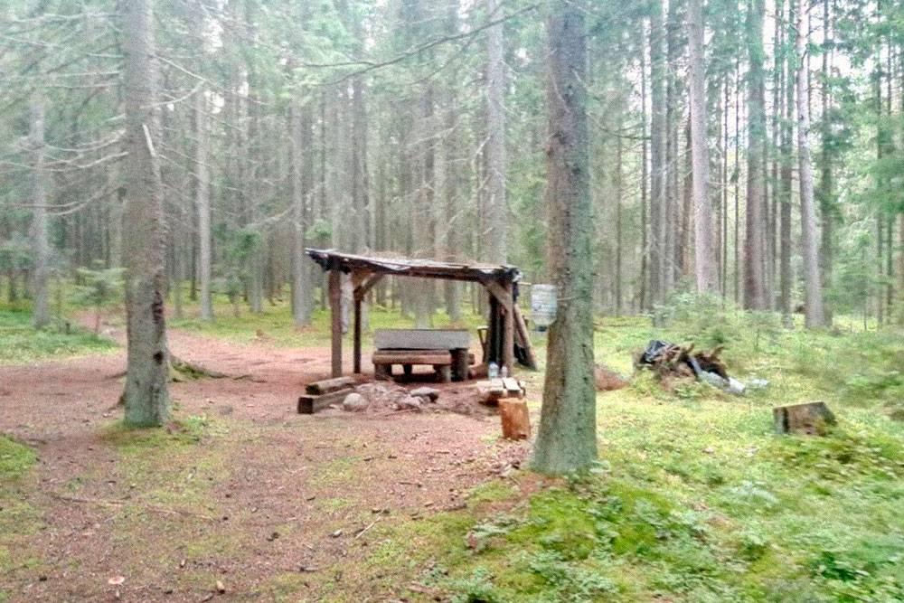 Оборудованная стоянка. Неизвестные туристы сделали навес, лавки и стол