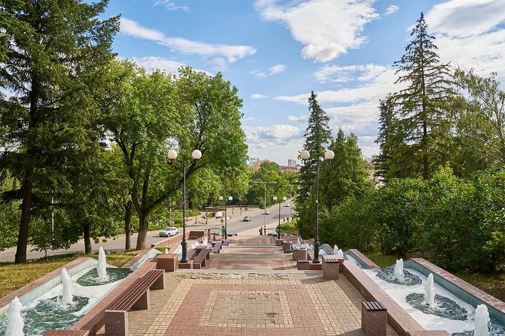Небольшие мостики украшены коваными перилами с узором, а между пролетами есть площадки со скамейками. Источник: Konstantin Gushcha / Shutterstock