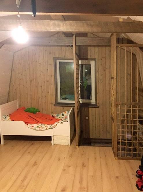 Наверху пока только детская кроватка, мебель для спальни хозяева еще не покупали