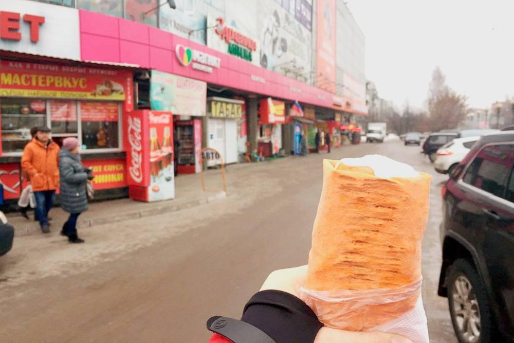 «Аллея шаурмы» около ТЦ «Бумеранг»: на фото восемь ларьков с шаурмой подряд. Через дорогу стоят еще шесть киосков. У меня есть знакомый «шаурмье», который всегда знает, где продают лучшую шаурму
