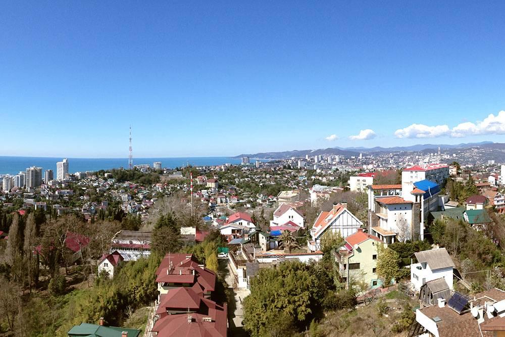 Вид с обзорной площадки дендрария на центр Сочи. Здесь, в районе Лысая гора, квартиры сдают за 20 000<span class=ruble>Р</span>