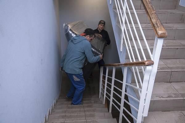 Если у вас нет грузового лифта, грузчики попрут мебель по лестницам. Это не то чтобы невозможно, но мучительно долго