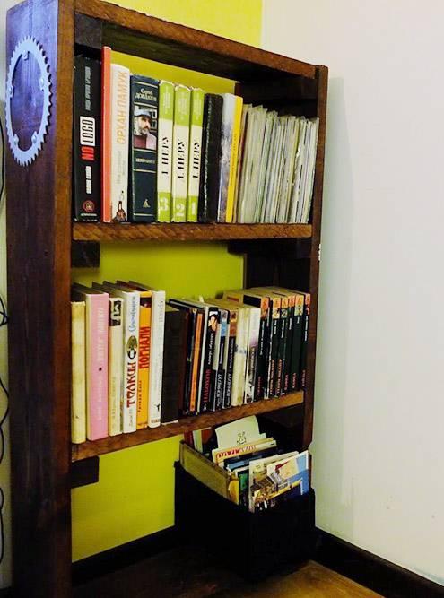 Стеллаж быстро заполнился книгами: я много читаю