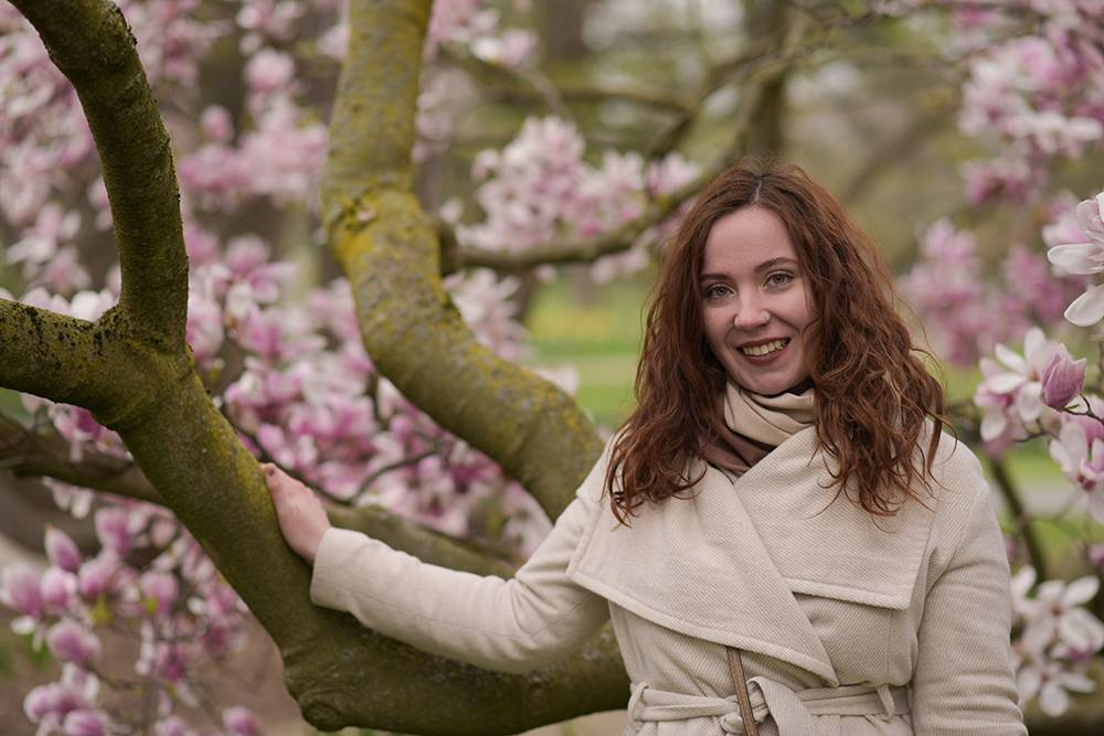 На фоне цветущей магнолии в Рейнском парке. Магнолии цветут в марте, советую сходить туда в это время