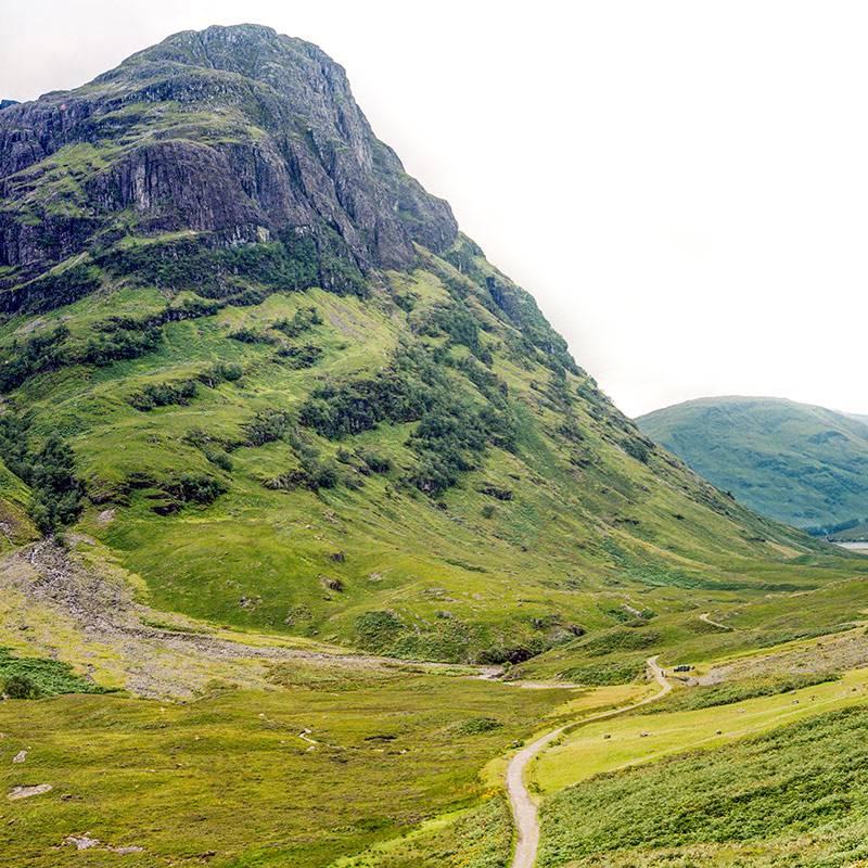 По дороге из острова Скай в Эдинбург я посетил долину Гленко. Там красивые зеленые холмы, многочисленные горные реки и водопады