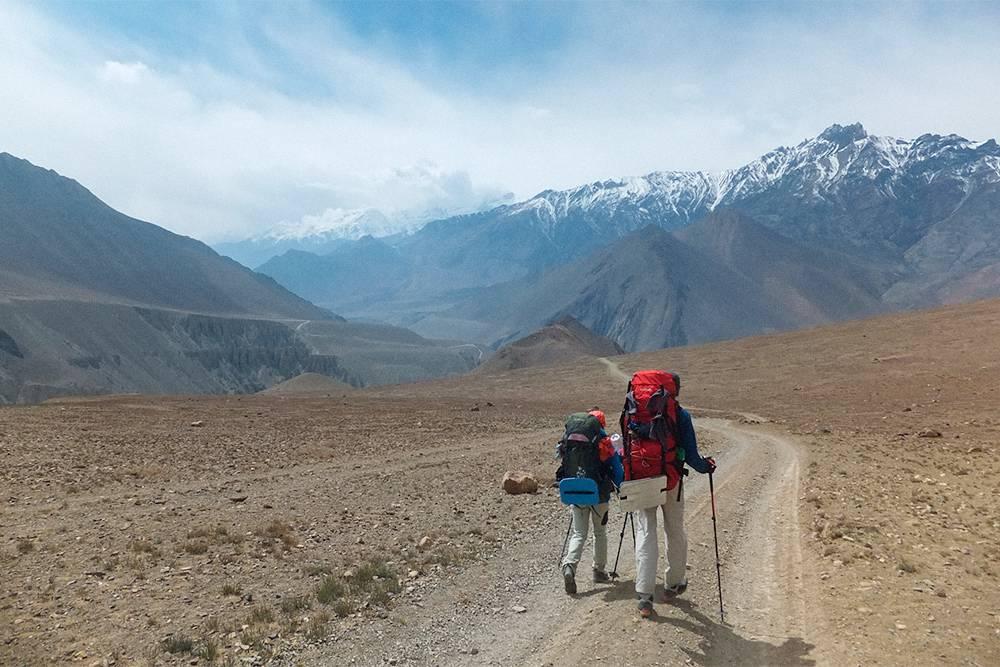 С нашими рюкзаками палки пригодились даже на ровной дороге, а на спуске они спасли колени