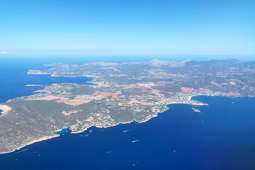 Вид на Мальорку из самолета. С такого ракурса остров кажется намного меньше