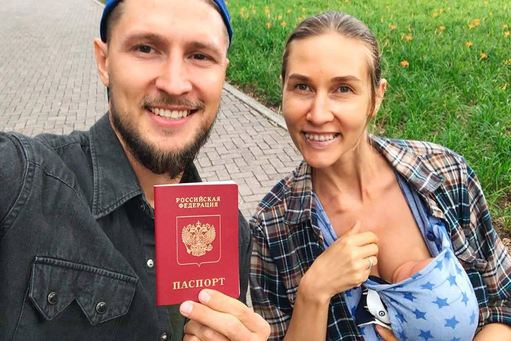 Мы радостные, потому что получили российский загранпаспорт