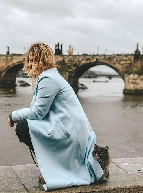 В Праге Дуся пряталась за мной от китайских туристов, которые очень хотели ее погладить